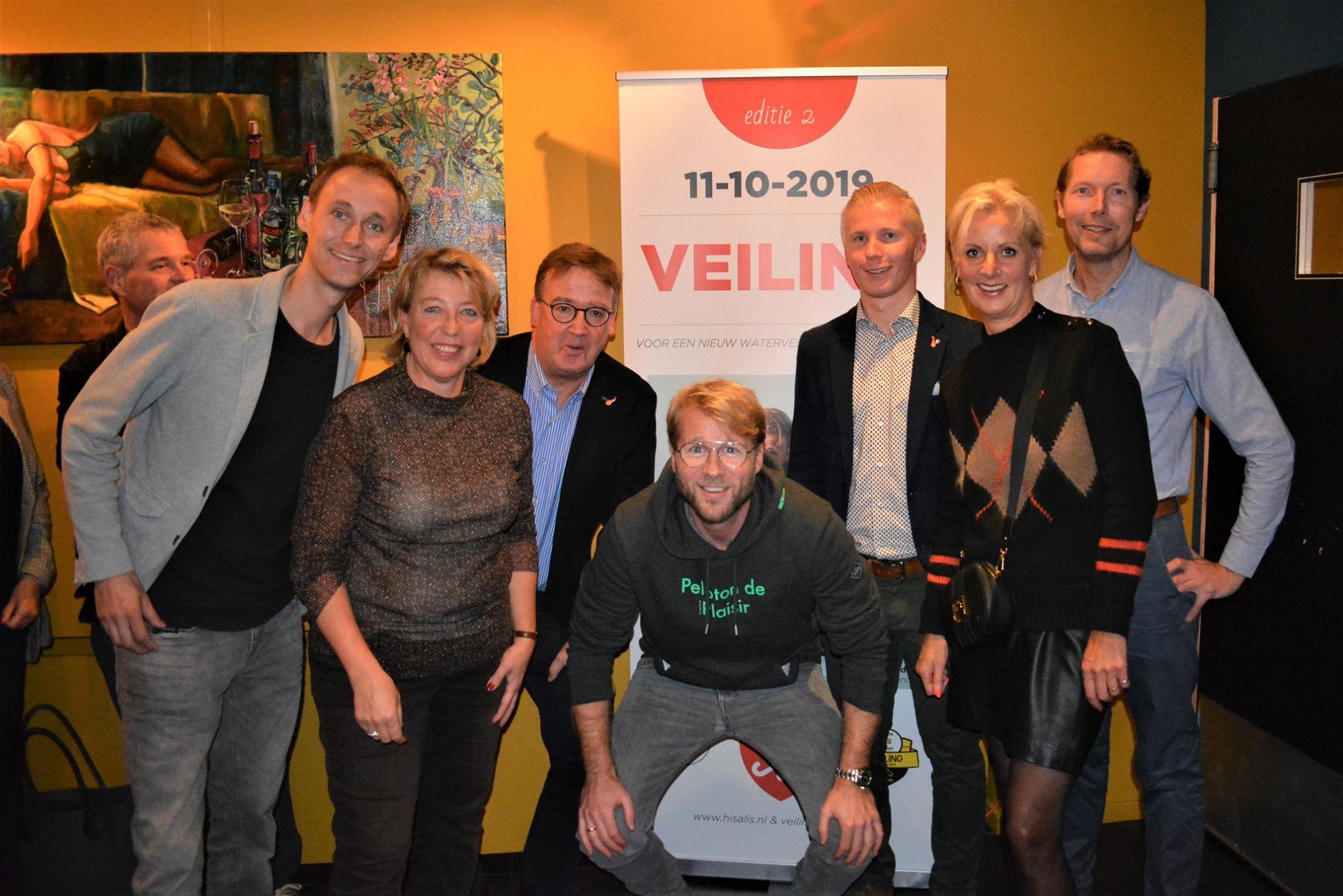 Het veilingteam samen met cabaretier Leo Alkemade